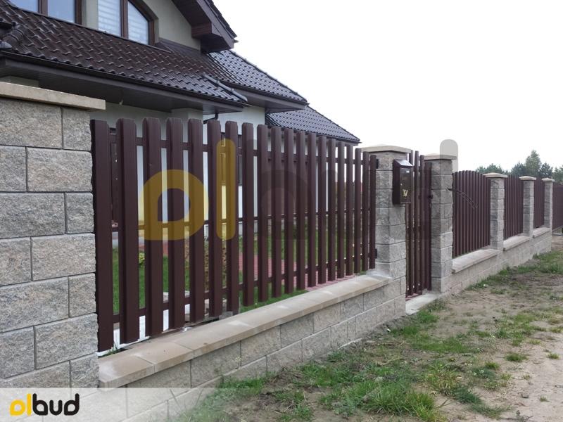 Ogrodzenie Posesji Prywatnej W Gostyniu: Ogrodzenie Z Metalowych Sztachet Na Froncie Posesji W